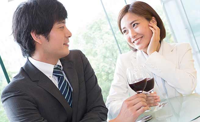 彼氏の顔を見て笑顔の女性