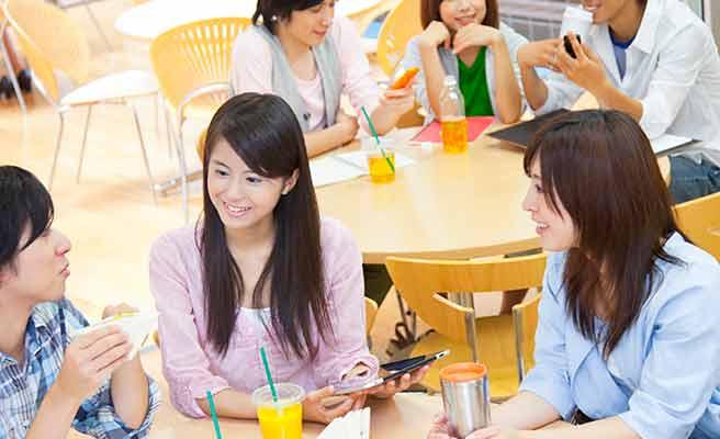 学生食堂で会話する学生達