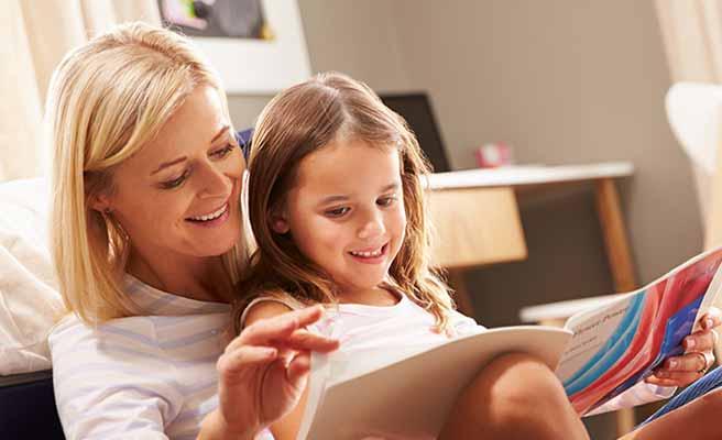 子供に絵本を読んであげる母親