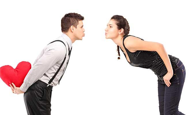 キス顔で近づく男女