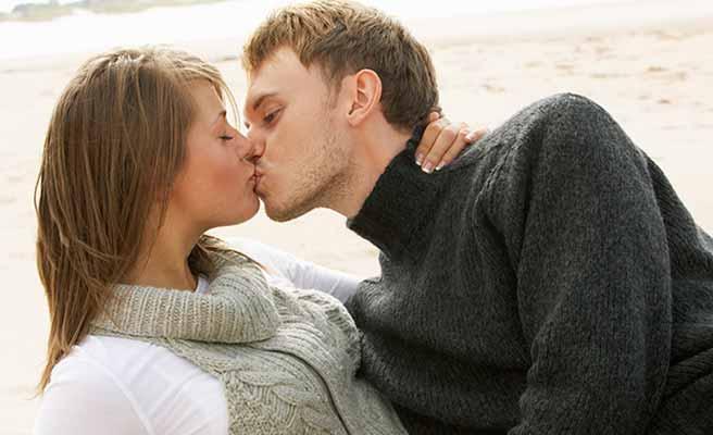 砂浜でキスするカップル