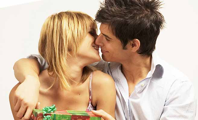 キスしようとするカップル
