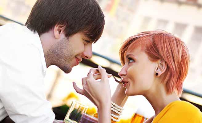 カフェで見つめ合う恋人