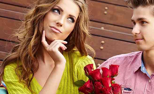 花束を贈られて首を傾げる女性