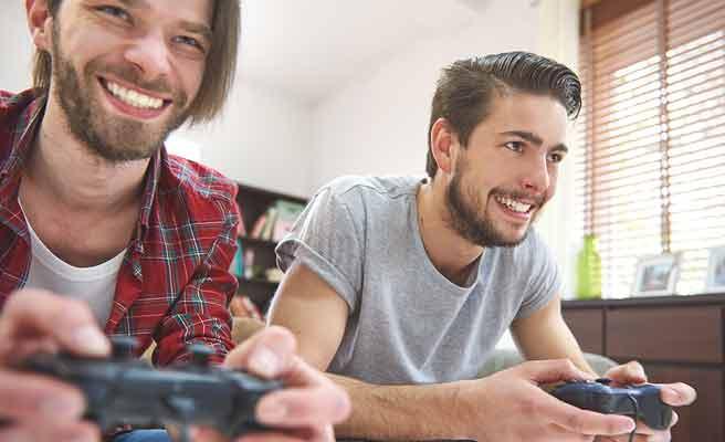 テレビゲームする男性二人