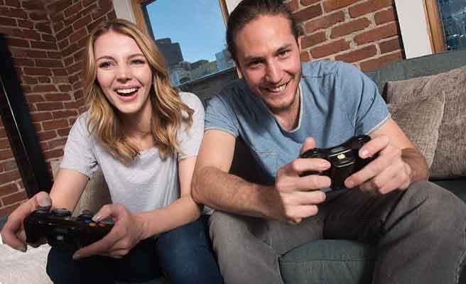 男女カップルが一緒にゲームをしている