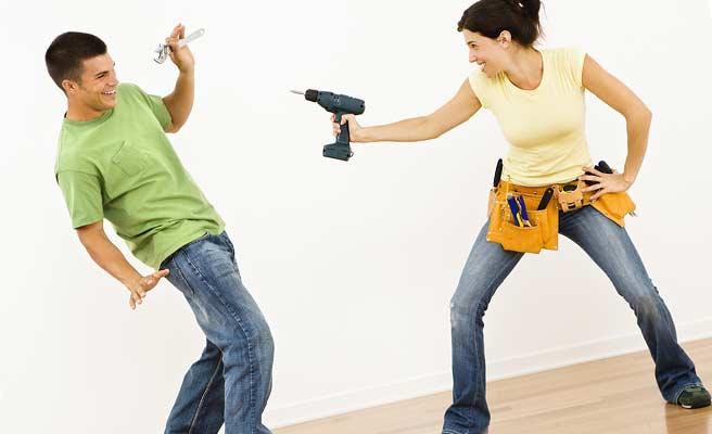 DIYオタクの男女が工具でふざけている