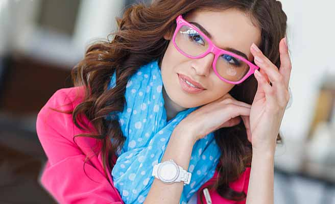 ピンクの眼鏡をかけたお洒落な女性