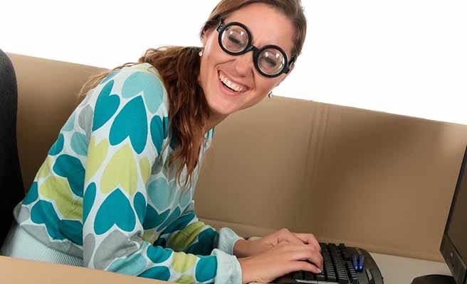 パソコンのキーボードを打つ眼鏡の女性