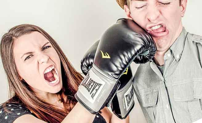 グローブをはめた手で彼氏を殴る女性
