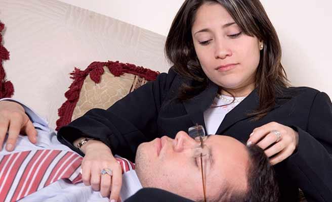 彼女の膝枕で目を閉じる男性