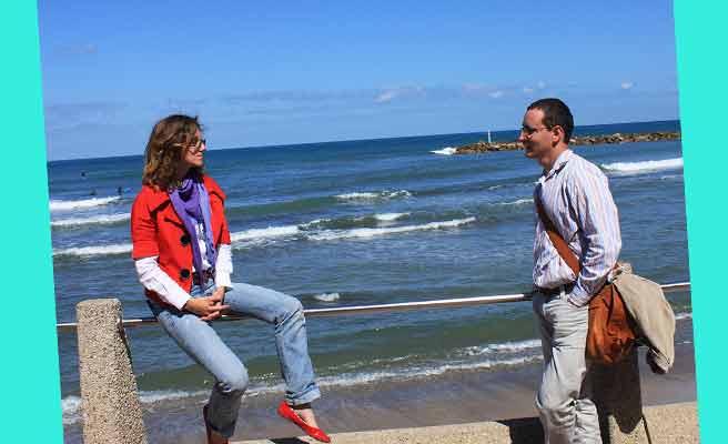 海辺の歩道でデートするカップル