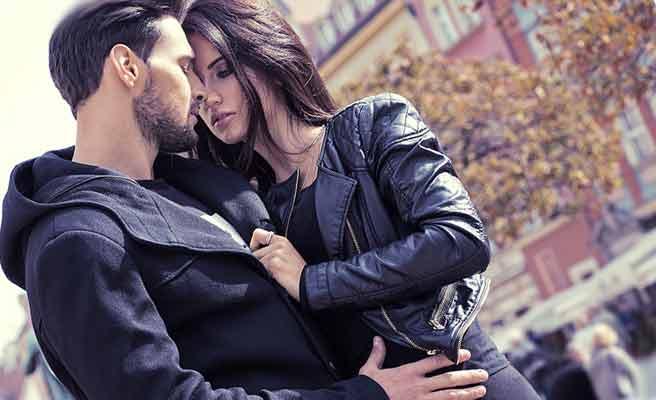 街中で彼氏にハグする女性
