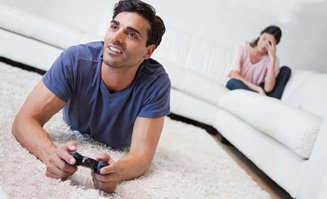 彼女をほったらかしにしてゲームに夢中な男性