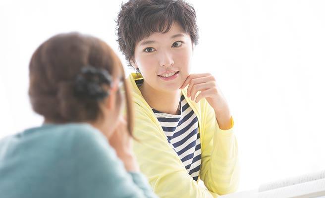 女性同士で会話する
