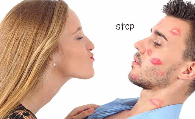キスしようとする女性と退く男性