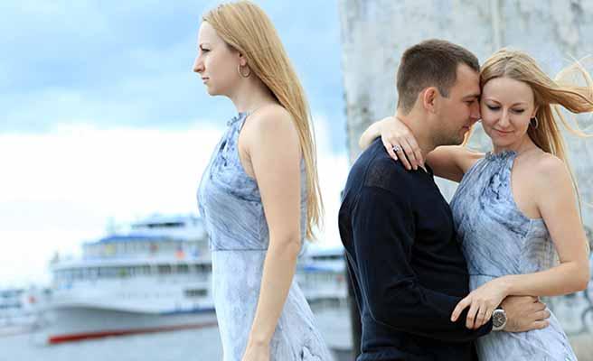 彼氏と抱き合う女性と一人の女性