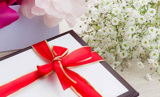 誕生日のプレゼントと花束