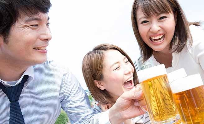 一緒にビールを飲む男女