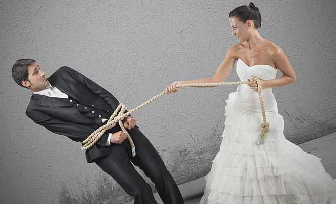 新郎を縄で引く花嫁