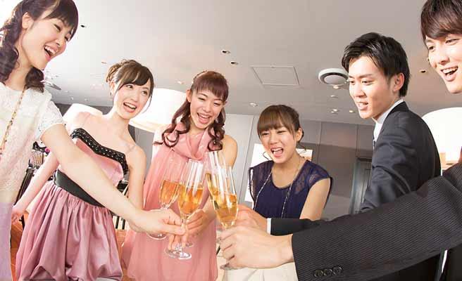 マチコン会場でシャンペングラスを合わせる男女