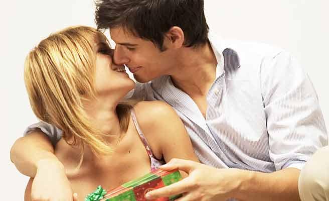 彼女の肩を抱いてキスする男性