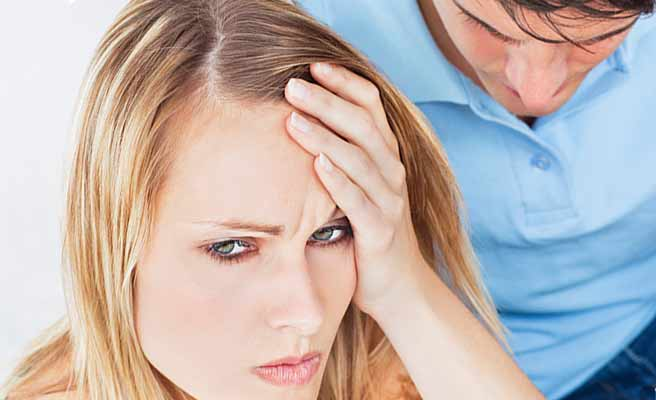彼氏の隣で困惑した顔の女性