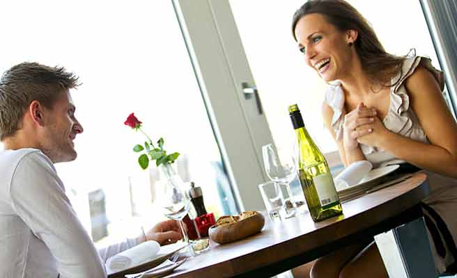 レストランで彼氏と一緒に食事する女性
