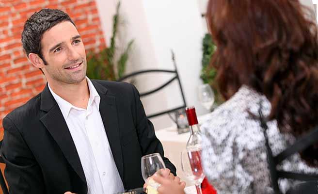 レストランでワインを飲む男女