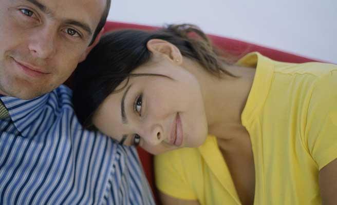 彼氏の肩に頭をのせて微笑む女性