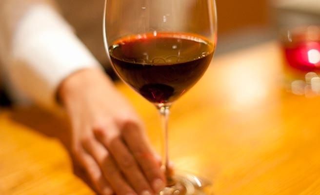 ワイングラスを掴む女性の手