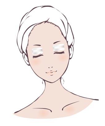 瞼の上にコットンを置く女性