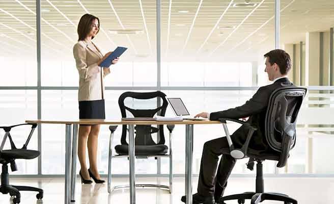 会社の会議室で向かい合う男女