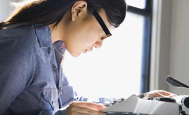 眼鏡を掛けた女性が読書している