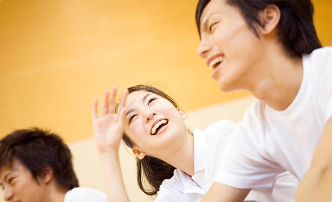 男性と笑顔で会話する女性