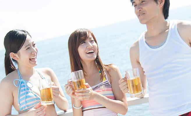 男性と一緒にビールを飲む女性