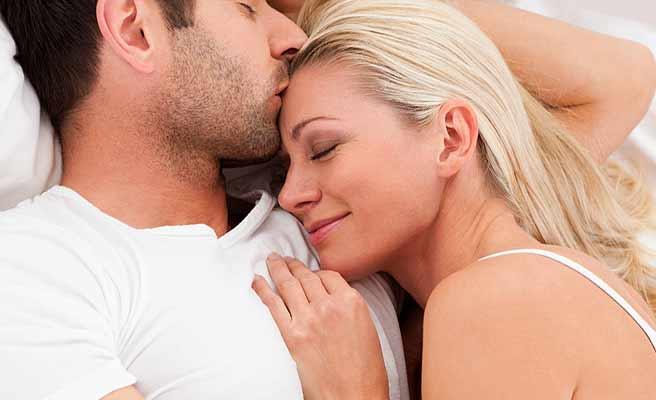 男性の腕枕で眠る女性