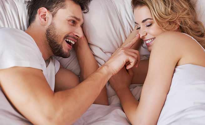 向かい合わせに寝るカップル