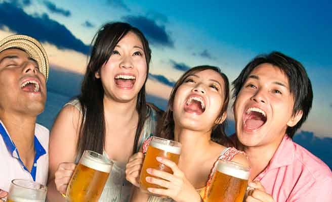 男女でビールを飲み交わしている