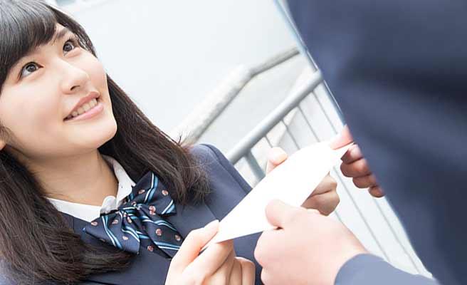 男子学生にラブレターを渡す女学生
