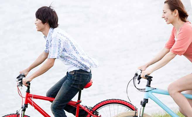 自転車で移動するカップル