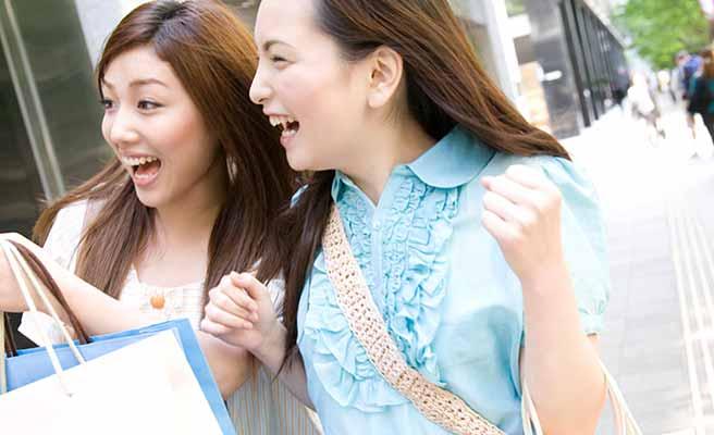 買物する女性二人組み