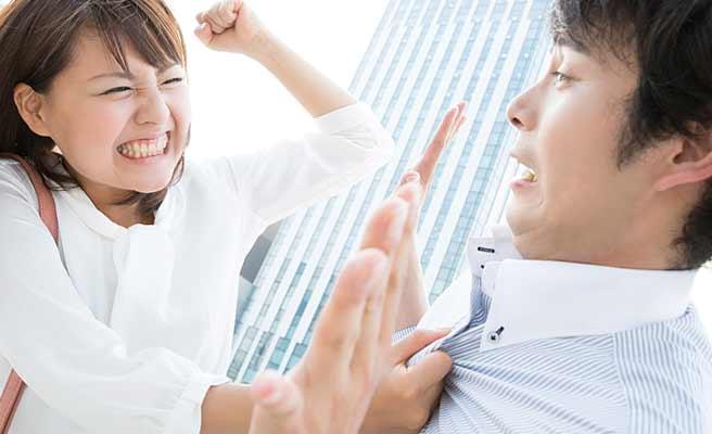 デート中に喧嘩して彼氏に拳をふりあげる女性