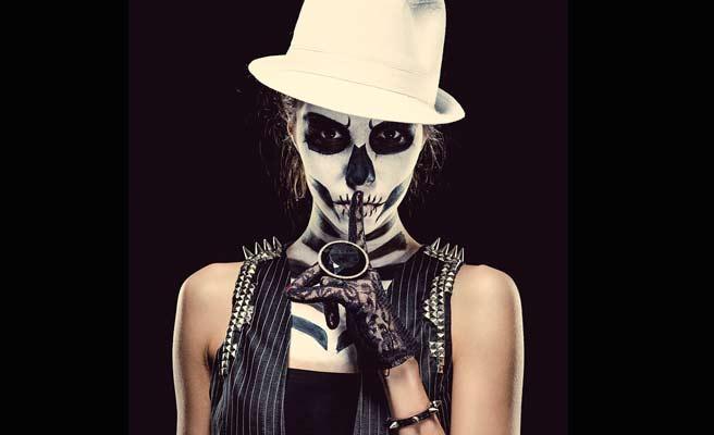 骸骨の化粧をした女性