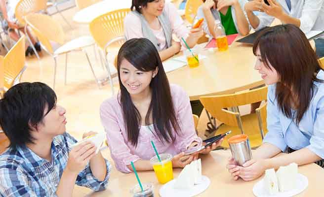 学生食堂で会食する男女