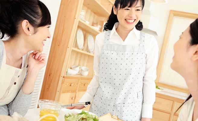 台所で主婦友が3人で会話している