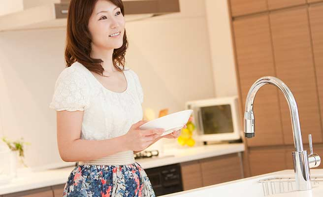 一人でお皿を洗う主婦