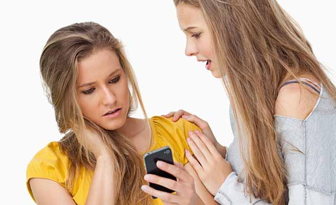 女友達と相談する女性