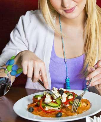 カフェで1人でご飯を食べてる女性
