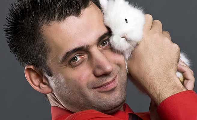 ウサギを抱いてかわいがる男性